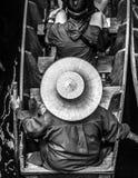 Thailändische Frau, die einen Strohhut trägt lizenzfreie stockfotografie