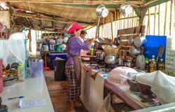 Thailändische Frau, die Lebensmittel zubereitet Stockbild