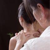 Thailändische Frau, die Massage macht stockfotos