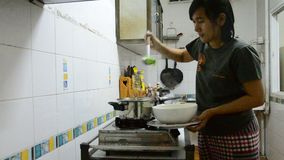 Thailändische Frau, die milde Suppe mit Gemüse, Schweinefleisch und Bohnengallerte kocht stock video footage