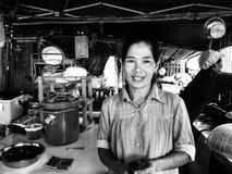 Thailändische Frau, die Straßenlebensmittel verkauft Stockbilder
