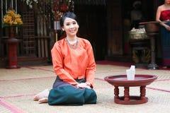 Thailändische Frau in einem traditionellen northtern thailändischen Kostüm Stockbild