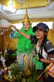 Thailändische Frau kommen für bitten um Liveerfolg mit Rohani BO BO Gyi von Botahtaungs-Pagode in Rangun Myanmar Stockfotografie