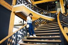 Thailändische Frauen der Reisenden, die oben auf klassische hölzerne Treppe im modernen und Luxusrestaurant gehen stockfotografie