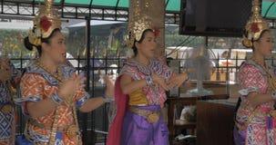 Thailändische Frauen, die in nationale Kleidung, Bangkok tanzen stock footage