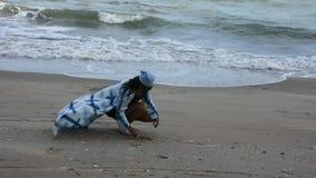 Thailändische Frauen entspannen sich einsames auf dem Strand an Verbot Pae-Strand in Rayong, Thailand stock footage