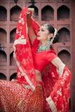Thailändische Frauen führen Tänze von Indien in den historischen Kostümen durch Stockbilder