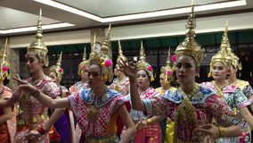 Thailändische Frauen zeigen thailändischen Volkstanz stock video footage