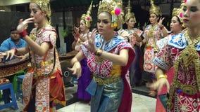 Thailändische Frauen zeigen thailändischen Volkstanz stock footage