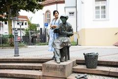 Thailändische Frauenreise der Reisenden und Aufstellung mit alter menschlicher Statue der Kunst lizenzfreie stockbilder