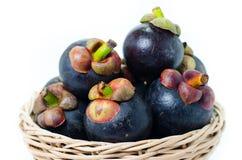 Thailändische Frucht der Mangostanfrucht im Korb Lizenzfreie Stockfotos