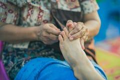 Thailändische Fußmassage auf Straße für Ruheplatz auf jährlichem Festival lizenzfreie stockfotografie