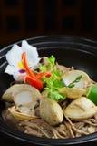 Thailändische ganze Kornreisnudeln mit Meeresfrüchten Lizenzfreie Stockbilder
