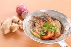 Thailändische gebackene Garnele mit Glasnudel auf hölzernem Hintergrund Stockfotos