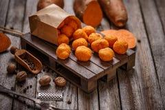 Thailändische gebratene Süßkartoffelbälle Stockfotos