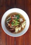 Thailändische gebratene Schweinefleischnudel mit Wonton lizenzfreie stockfotos