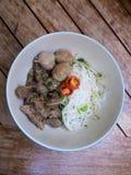 Thailändische gedämpfte Rindfleischnudel mit Reissuppennudeln Stockfotografie