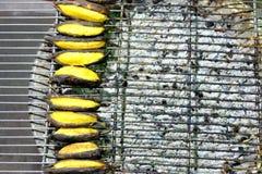 Thailändische gegrillte Bananen auf dem Grill stockfotos