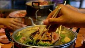 Thailändische gegrilltes Schweinefleisch des Buffets Nahrung Moo Ka Ta stock footage