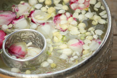 Thailändische Girlande Blumen und Wasser lizenzfreie stockfotografie