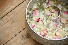 Thailändische Girlande Blumen und Wasser mit Jasmin lizenzfreie stockfotografie