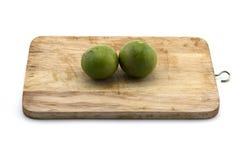 Thailändische grüne Zitrone auf dem Hacken des Holzes auf weißem Hintergrund Lizenzfreie Stockfotografie