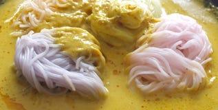 Thailändische Küche, Reisnudeln in der Krabbe sauce mit Gemüse Stockbilder