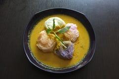 Thailändische Küche, Reisnudeln in der Krabbe sauce mit Gemüse Lizenzfreies Stockfoto