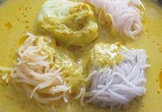 Thailändische Küche, Reisnudeln in der Krabbe sauce mit Gemüse Lizenzfreies Stockbild