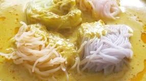 Thailändische Küche, Reisnudeln in der Krabbe sauce mit Gemüse Lizenzfreie Stockbilder
