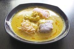 Thailändische Küche, Reisnudeln in der Krabbe sauce mit Gemüse Stockbild