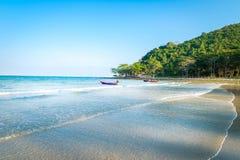 Thailändische Küste und blauer klarer Himmel lizenzfreies stockbild