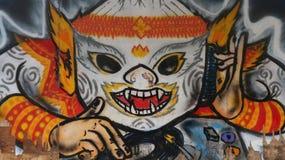 Thailändische Khon-Maske auf schädigender hölzerner Planke stockfotos