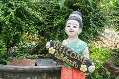 Thailändische Kinder der Statue hält das Zeichen Sie bezüglich des Willkommens Stockfotos