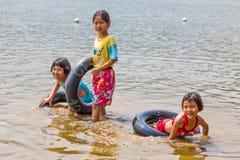 Thailändische Kinder lächeln an der Kamera, die in das Wasser, Thailand spielt lizenzfreie stockfotografie