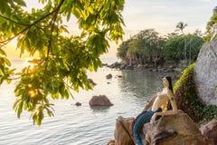 Thailändische kleine Meerjungfrau im Sonnenuntergang lizenzfreie stockbilder