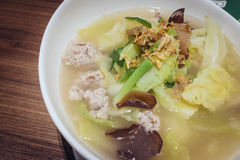 THAILÄNDISCHE Kohl-Suppe mit Schweinefleisch Stockbilder