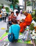 Thailändische Kultur, geben dem Mönch Almosen an Rajvithi-Krankenhaus Stockbild
