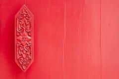 Thailändische Kunst auf roter Wand Stockfotografie