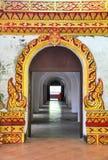 Thailändische Kunst an der Tür des alten Tempels Stockbilder