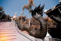 Thailändische Kunst der Weinlese auf Treppenhaus zur goldenen Pagode in Wat Pa Phu Kon Lizenzfreie Stockfotografie