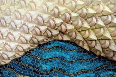 Thailändische Kunstarchitektur auf Mosaik schuf blauen Meerfarbe- und weißenrosa Hintergrund Stockfoto