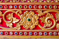 Thailändische Kunstart des goldenen Stucks im Tempel Lizenzfreie Stockfotografie