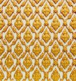 Thailändische Kunstbeschaffenheit auf weißer Tempelwand Stockbild