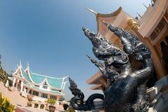 Thailändische Kunstwächterschlange verziert in Wat Pa Phu Kon, Thailand Stockfoto