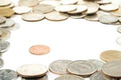 Thailändische Kupfermünzen auf weißem Hintergrund Stockbilder