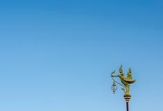 Thailändische Lampe auf Hintergrund des blauen Himmels Lizenzfreies Stockbild