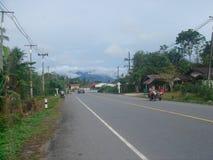 Thailändische Landlandstraße Stockfotografie