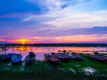 Thailändische Landlebenart, fischend durch thailändisches Boot Stockfoto