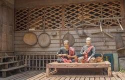 Thailändische Landwirtskulpturen, die vor lokalem Museum setzen Stockfoto